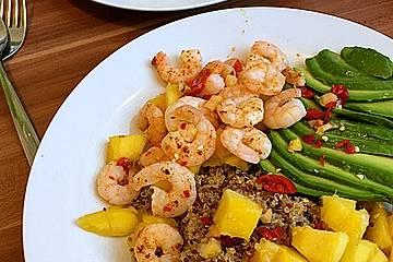 Quinoa-Salat mit Mango, Avocado und Garnelen