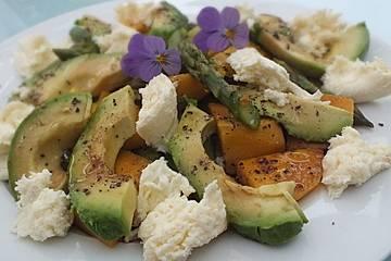 Grüner Spargel mit Avocado und Mango