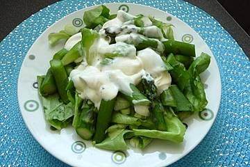 Kopfsalat mit grünem Spargel
