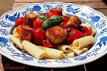 Tortiglioni in Tomatensauce mit Schmortomaten, Champignons und paniertem Feta