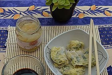 Salat, Käse und Ei im Reispapiermantel