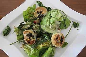 Frühlingssalat mit Bärlauch-Blätterteig-Schnecken