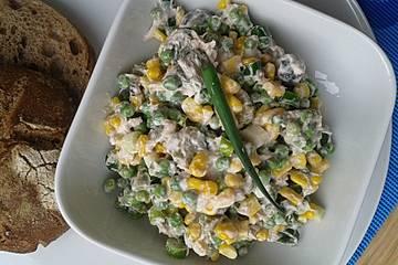 Thunfischsalat mit Mais, Erbsen und Gewürzgurken