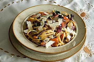 Spaghetti mit roten Zwiebeln und Tomaten