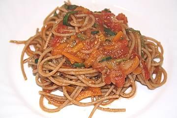 Spaghetti mit Gemüsespiralen und Tomatensauce
