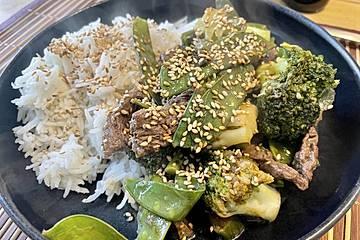 Kurzgebratenes Rindfleisch mit grünem Gemüse