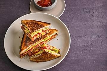 Avocado-Bacon-Tomaten-Grilled-Cheese-Sandwich