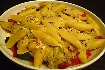 Bunter Schupfnudelauflauf mit Paprika, Zucchini, Feta und Speck