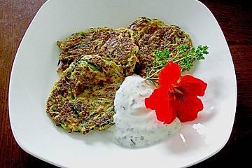 Zucchini - Puffer mit Kräutersoße