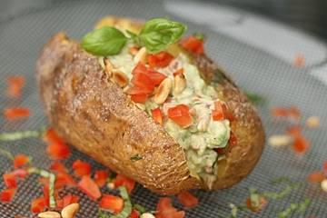 Ofenkartoffeln mit Avocado-Tomaten-Paprikacreme