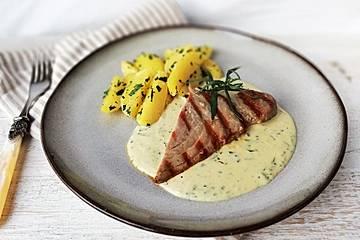 Gebratene Thunfisch-Steaks auf Estragon-Senf-Sauce