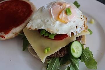 Bacon-Burger mit Spiegelei