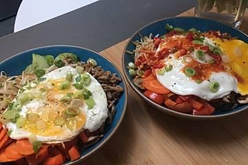 Koreanisches Bibimbap mit falschem Kimchi und Chilisauce