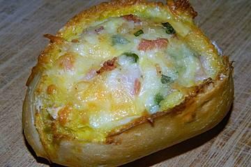 Frühstücksboot mit Ei und Schinken