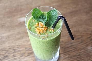 Grünkohl-Feldsalat-Gurke-Möhren-Orangen-Smoothie mit Ingwer und Minze