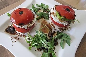 Tomaten-Mozzarella-Türmchen mit Sardellenbröseln