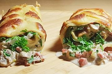 Pfannkuchen mit Pilz-Frischkäse-Speck-Füllung und Rucola
