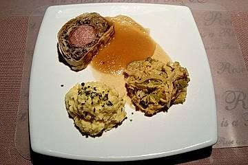 Schweinefilet umhüllt von Herbsttrompetenfarce im Filoteigmantel mit Calvadossauce, Rahmwirsing und Kartoffelpüree