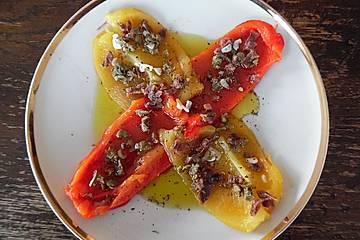 Geröstete Paprika mit Anchovis, Kapern und Knoblauch