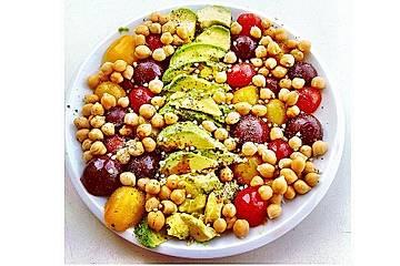 Veganer Kichererbsensalat mit Avocado und Buchweizenkeimen