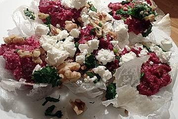 Rote-Bete-Püree mit Schafskäse und Walnüssen auf Reischips