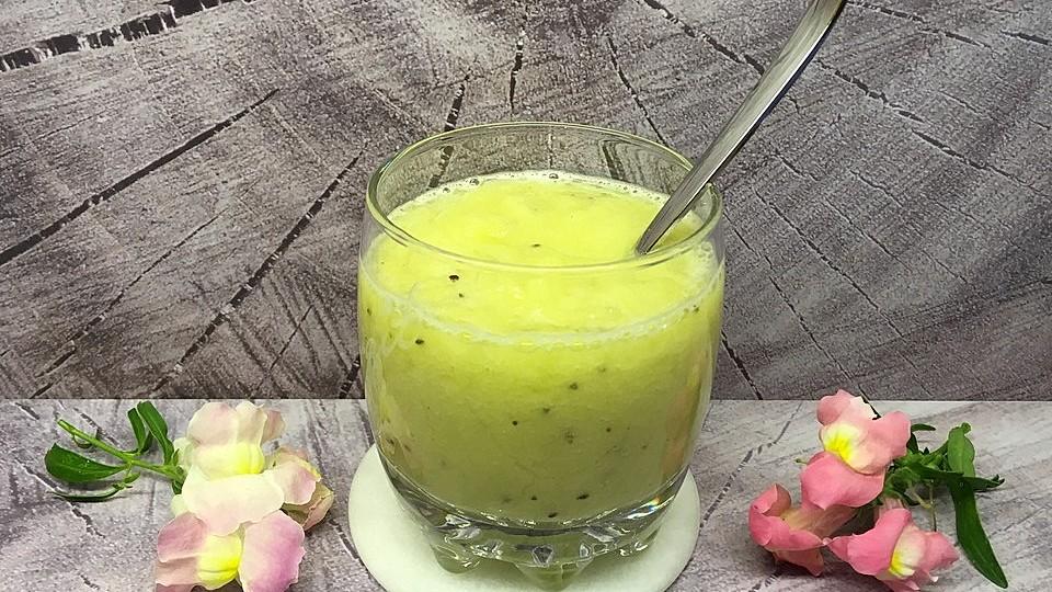 Fruchtiger Ananas Smoothie schnelle & einfach zubereitet