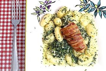 Bacon-Putensteaks mit Gnocchi in Spinat-Gorgonzolasauce