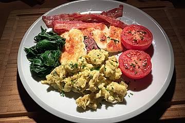 Rührei mit Spinat, gegrillten Tomaten, Speck und Halloumi