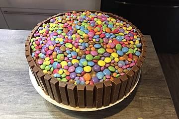 KitKat-Torte mit bunten Smarties