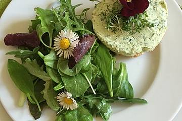 Pikanter Feta-Käsekuchen mit Wildkräutersalat
