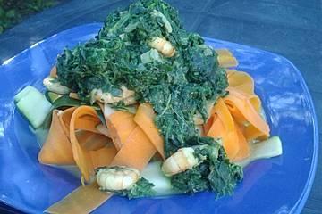 Gemüsenudeln mit Spinat-Garnelen-Soße