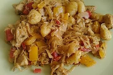 Sauerkraut-Gnocchi-Pfanne mit Hähnchen in Curryrahm