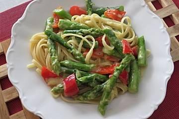 Spaghetti mit gebratenem grünen Spargel und Paprika