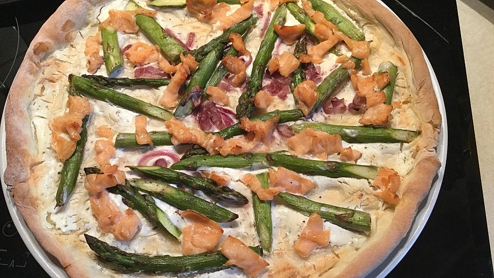 Pizza mit grünem Spargel, Lachs und Ziegenkäse