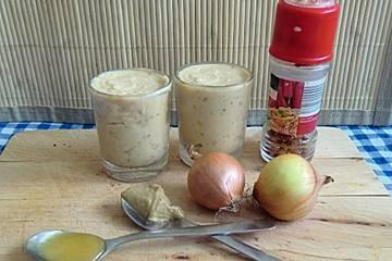 Fein-pikante Zwiebel-Senf-Butter mit Honig und Chili