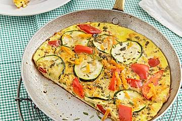 Zucchini-Paprika-Möhren-Frittata mit Hüttenkäse und Tomaten