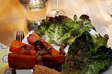 Gegrilltes Lachsfilet mit gegrillten Bacon-Möhren und gegrilltem Roma-Salatherzen an Honig-Senf-Dressing