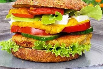 Provenzalisch angehauchter Rote Linsen Burger mit Pumpkin Curry Mayo
