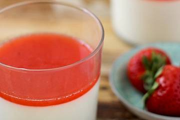 Low-Carb Panna Cotta mit Erdbeersauce