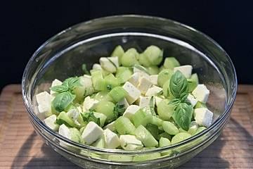 Gurken-Melonen-Mozzarella-Basilikum-Salat