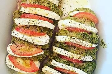 Fächerhähnchen mit Basilikumpesto und Tomaten
