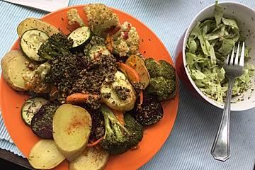 Gemüsebowl mit Sonnenblumenkerndip und Mohn-Kraut-Salat