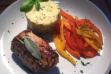 Salbei-Schweinefilets mit Basilikum-Kartoffelstampf und Rosmarin-Paprika-Gemüse