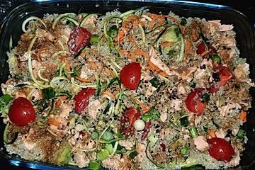 Quinoasalat mit Gemüsenudeln, Avocado und Lachs