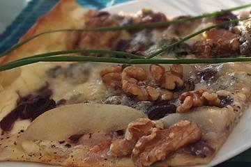 Flammkuchen mit Rotweinzwiebeln, Birnen und Gorgonzola