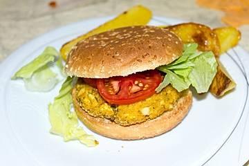 Alex' veganer Bio-Tofu-Burger mit Kartoffelspalten