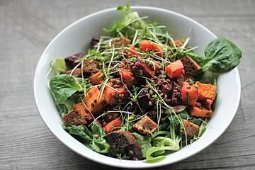 Gebackene Süßkartoffeln und Rote Bete mit Linsen auf Feldsalat