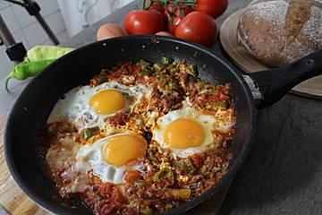 Türkisches Eiergericht mit Gemüse-Menemen