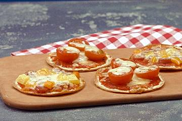 Mini-Pizza aus Tortilla-Fladen