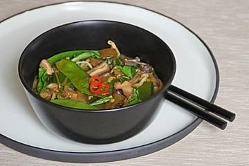 Miso-Suppe mit Gemüse und Reisnudeln